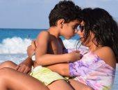 إنجى المقدم تنشر صورة على شاطئ البحر بصحبة ابنها