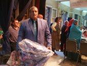 بالصور.. محافظة القاهرة توزع 1000 شنطة مدرسية مجانا على أهالى روض الفرج