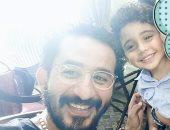 بالصور.. أحمد حلمى يحقق رغبة الطفل ياسين فى مقابلته