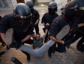 بالصور.. الشرطة الإسبانية تسحل متظاهرين مؤيدين لاستفتاء انفصال كتالونيا