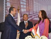 """""""حديد الجارحى"""" توقع عقد رعاية السباحة العالمية فريدة عثمان"""