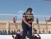 بالفيديو.. حلبة مصارعة نسائية بجانب سور مدرسة والجمهور من الطلاب