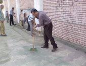 """بالصور ..وكيل وزارة تعليم المنيا """"مبلط وعامل نظافة"""" أمام مبنى المديرية"""