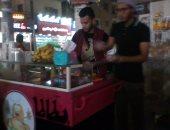 """شاهد..""""بطاطا ميكس"""" 3 خرجين يعملون على عربية بطاطا للتغلب على البطالة بالمنيا"""