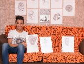 محمود عصام يبرع فى رسم لوحاته بالفحم والرصاص عن الوجوه
