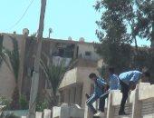 بالفيديو والصور .. فى أول يوم دراسى.. طلاب السويس يهربون عبر الأسوار