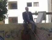 مدير مدرسة يجلس أعلى السور لمنع الطلاب من الهروب فى سوهاج