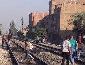 بالصور .. مواطنون يشكون غياب كوبري مشاة في قنا يحمي أطفالهم من القطار