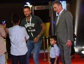 """بالفيديو والصور.. محمود حميدة يصطحب حفيده والفيشاوى على السجادة الحمراء لـ""""فوتو كوبى"""" بالجونة"""