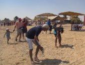 بالصور.. أبناء السويس ينظفون شاطئ بالعين السخنة