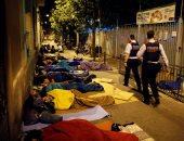 بالصور.. داعموا استقلال كتالونيا يفترشون أرض مراكز التصويت قبيل الاستفتاء