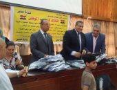 بالصور.. ائتلاف حب الوطن يوزع 300 شنطة مدرسية على أهالى روض الفرج