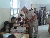 بالصور .. أمن كفر الشيخ يوزع مستلزمات المدارس على الطلاب بكفر الشيخ