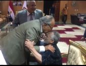 وزير التنمية المحلية يحتفى بفنان تشكيلي ويقبل رأسه بزيارته للوادى الجديد
