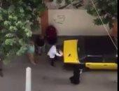 أحدث عقوبة مرورية.. ضابط شرطة ينزع نمرة تاكسى بالاسكندرية لتعطيله الطريق