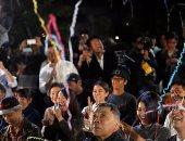بالصور.. أنصار موراكامى يحتفلون بفوز كازو إيشيجورو فى اليابان