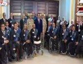 الرئيس السيسى يلتقط صورة تذكارية مع المحاربين القدماء بمركز المؤتمرات