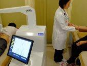 """""""إيما"""" روبوت يجرى جلسات مساج لمرضى آلام الظهر والركبة بسنغافورة"""
