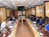 محافظ أسوان يلتقى ممثلى الشركات المنفذة لمشروع الطاقة الشمسية