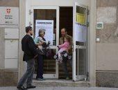 بالصور.. بدء توافد المواطنين على مراكز الاقتراع فى النمسا