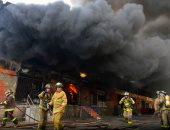 بالصور.. اندلاع حريق هائل بأحد الأسواق التجارية فى باراجواى