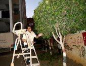 بالصور.. مدير مدرسة يتقمص دور الجناينى ويقلم أشجارها فى طنطا