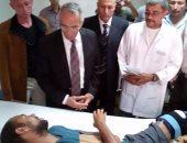 محافظ شمال سيناء يزور مصابى العريش ويصرف 17 ألف جنيه للشهيد و8 للمصاب