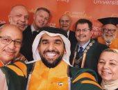حسين الجسمى فى سيلفى الحصول الدكتوراه من الجامعة الكندية بالقاهرة