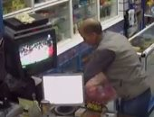 كاميرا مراقبة تظهر سرقة لص لصيدلية بالإسكندرية