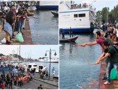 متظاهرون بإيطاليا يلقون صلصلة طماطم فى البحر حزنا على غرق المهاجرين