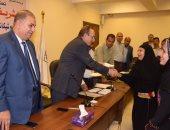 محافظ بنى سويف يسلم 31 أسرة قروضا لدعم المشروعات الصغيرة