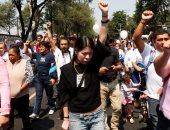 بالصور.. المكسيكيون يضعون الورود أمام منازل ضحايا الزلزال المدمر