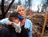 بالصور.. بكاء وحزن فى كاليفورنيا أثناء تفقد السكان لمنازلهم المحروقة