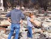 بكاء وحزن فى كاليفورنيا أثناء تفقد السكان لمنازلهم المحروقة