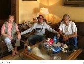 """العيلة الفنية.. أحمد الفيشاوى فى جلسة عائلية مع والده ووالدته """"فاروق وسمية"""""""