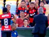 بالفيديو.. مشجع برازيلى يرفض تبديل لاعب بطريقة كوميدية