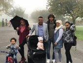 محمد الننى يحتفل بالتأهل لربع نهائى كأس الرابطة مع عائلته فى لندن