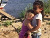 صورة اليوم.. طفلة إنجليزية تحتضن أخرى مصرية على ضفاف النيل بالأقصر