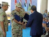 بالفيديو والصور.. قائد الجيش الثالث يهدى الرئيس السيسى مصحفا خلال تفتيش حرب الفرقة 19
