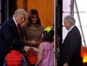 بالصور.. ترامب وقرينته ميلانيا يوزعان هدايا الهالوين للأطفال فى البيت الأبيض