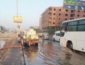 زحام مرورى بسبب كسر ماسورة مياه فى شارع جسر السويس