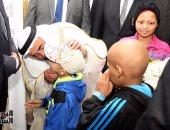 حاكم الشارقة يقبل رؤوس الأطفال المصابين بالسرطان ويتبرع بـ160 مليون جنيه لمعهد الأورام