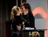 بالفيديو والصور.. تعرف على سر القبلة الساخنة بين كيت وينسلت وأليسون جانى