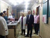 عاملة مسنة تقطع موكب وزير الصحة وتطالب بصرف مكافأة نهاية الخدمة