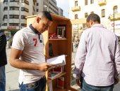 """""""ضع كتابًا وخذ آخر"""".. مكتبة مفتوحة في الشارع مجانًا"""