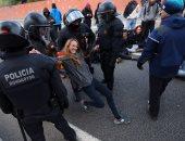بالصور.. متظاهرون يقطعون الطرق ويعطلون حركة القطارات فى كتالونيا