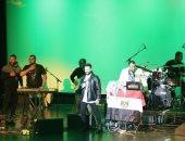 بالصور.. علم مصر يزين مسرح حفلة تامر حسنى فى ولاية شيكاغو الأمريكية