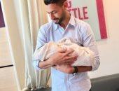 أحمد عادل يطالب متابعيه بالدعاء لابنه بالشفاء