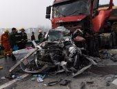 مصرع 20 شخصا وإصابة 6 آخرين إثر تصادم شاحنة بحافلة ركاب جنوب باكستان