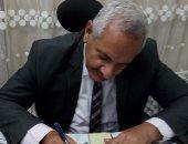"""وكيل وزارة الرى بأسيوط يوقع على استمارة """"علشان تبنيها"""" لدعم السيسي"""